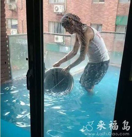 建一个游泳池,阳台门密封性太好了