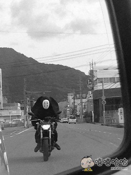 一网友正路上兜风,随意瞄了眼后视镜…求司机此时心理阴影面积